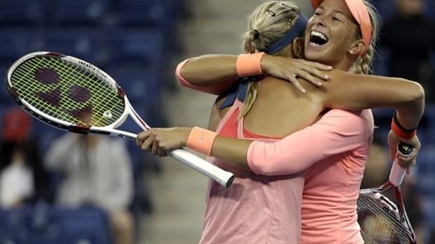 Andrea Hlaváčková (vpravo) a Lucie Hradecká se radují z postupu do finále US Open.