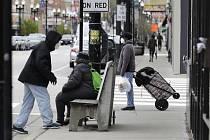 Lidé s rouškami na ulici v americkém Chicagu, 30. dubna 2020