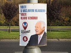 Václav Klaus na plakátech volebního bloku Hlavu vzhůru.