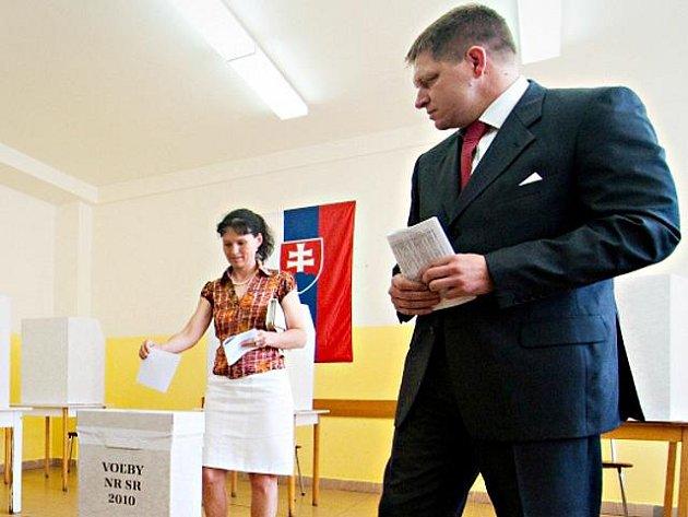 Premiér Robert Fico s manželkou Svetlanou odevzdali 12. června 2010 v Bratislavě své hlasy ve slovenských parlamentních volbách.