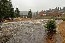 Rozvodněná řeka Vydra na Modravě