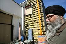 Kazatel Sikhů ukazuje zničenou vstupní oblast modlitebny v německém Essenu.