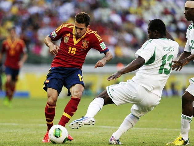 Španěl Jordi Alba (vlevo) se snaží vyzrát na obranu Nigérie.