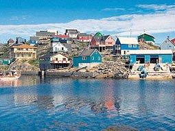 Grónsko hýří barvami nejenom v létě. Na snímku přístav Maniitsoq.
