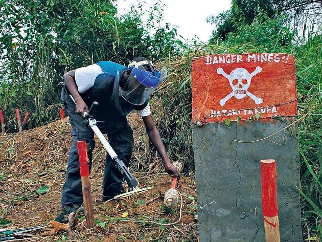 Hledač min Emanuel zkoumá, zda je pod vrstvou hlíny nášlapný zabiják. Uvolní tak místním vesničanům v Kongu cestu k řece a zanedbaným polím.