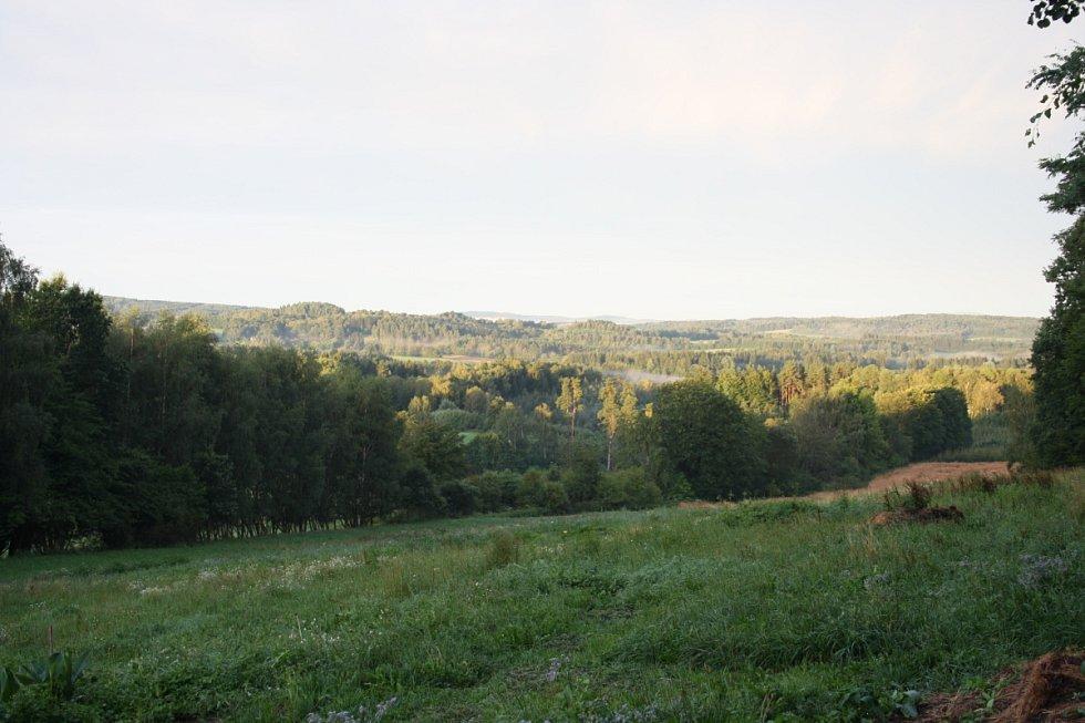 Mírně zvlněná krajina a nekonečné lesy, z nichž stoupá pára. Je radost toulat se takovou krajinou.