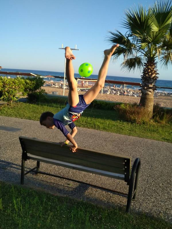 Malý fotbalista a zároveň gymnasta ani u moře nezahálí.