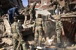 Indická armáda už začala na řadě míst odklízet trosky. Obyvatelé si ale stěžují, že práce postupují pomalu.