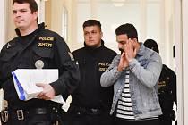 Městský soud v Praze rozhodoval rozhodl o vazbě pro Amara Rahíma Mahmúda Mahmúda (vpravo) zadrženého na pražském letišti na základě evropského zatykače z Rakouska.
