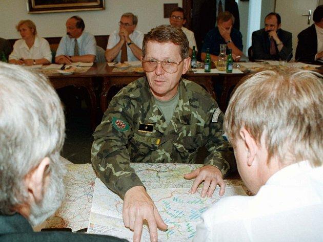 PETR VOZNICA. Při povodních v roce 1997 řídil záchranné práce.