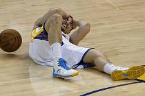 Klay Thompson po úderu kolenem
