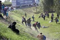 Z registračního tábora u jihomaďarské obce Röszke na hranicích se Srbskem