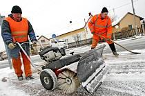 Úřad práce nabízí starostům lidi na úklid sněhu. Ilustrační foto.