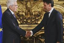 Giuseppe Conte (vpravo) složil prezidentskou přísahu do rukou Sergie Mattarelly
