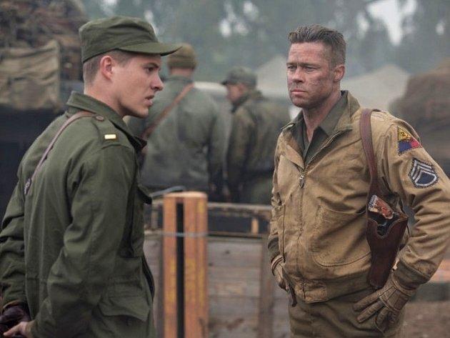 ŽELEZNÁ SRDCE. Brad Pitt (vpravo) v hlavní roli amerického válečného ohlédnutí.