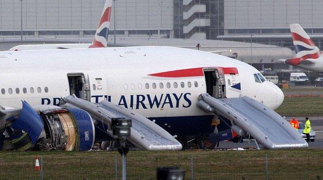 Letadlo po havárii opustili cestující po nouzových skluzavkách.