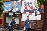 Polský prezident Andrzej Duda a jeho protikandidát v prezidentských volbách Rafal Trzaskowski na plakátech v Mazovském vojvodství.