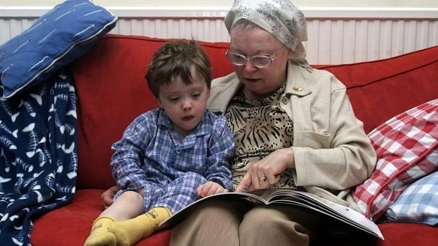 Spojení generací - mateřské školy a domovy důchodců pohromadě.
