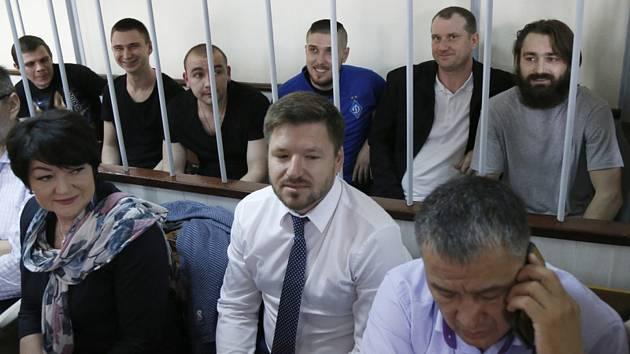 Šestice ukrajinských námořníků, které Rusko vězní po incidentu v Kerčském průlivu, u soudu v Moskvě