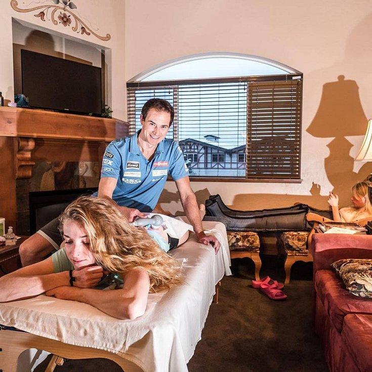 Roman Karpíšek je fyzioterapeutem u biatlonové reprezentace. Na snímku s Markétou Davidovou