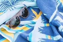 Italské úřady od Toskánska po Sardinii mohou od nynějška pokutovat ty, kdo si zabírají nejlepší místa na veřejných plážích tak, že si tam přes noc nechají například ručník nebo lehátko. Ilustrační foto.