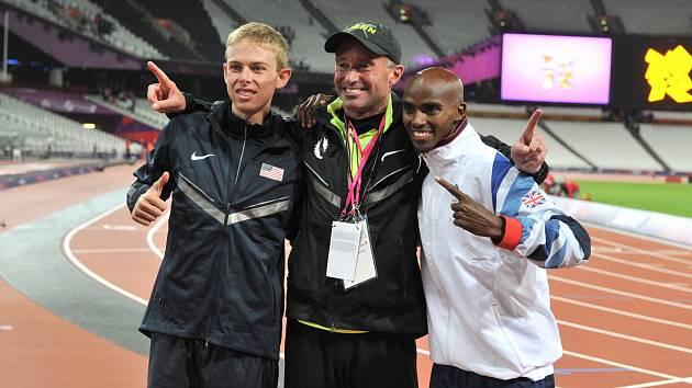 Oregonský zázrak. Trenér Alberto Salazar se svými úspěšnými vytrvalci. Na OH 2012 v Londýně vyhrál závod na 10 000 metrů Mo Farah (vpravo) před Galenem Ruppem (vlevo)