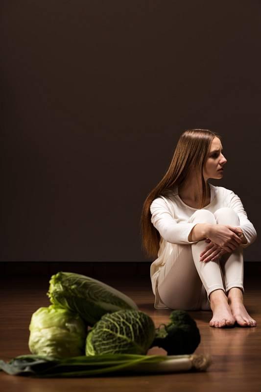 Anorexie nemá jeden jediný spouštěč nebo jednu příčinu. Proto se mu také říká multifaktoriální.