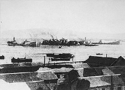 Patria v přístavu Haifa po převrácení na bok