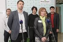Strana zelených si dnes na svém sjezdu v Brně schválila zavedení institutu spolupředsednictví. Znamená to, že v čele strany budou stát dva spolupředsedové – muž a žena.