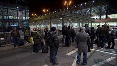 Anonymní telefonát 16. února večer oznámil uložení bomby na Terminálu 2 Letiště Václava Havla v Praze. Policie celý prostor evakuovala, objekt prohlíželi pyrotechnici a psovodi. Na snímku jsou cestující čekající na skončení prohlídky.