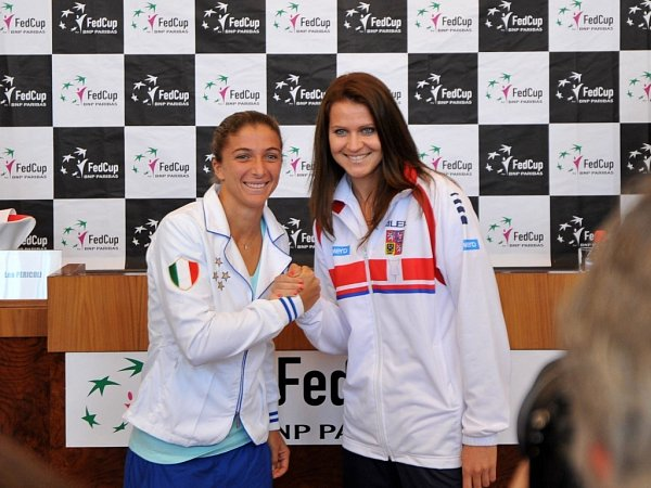 Semifinále Fed Cupu zahájí Lucie Šafářová (vlevo) a Sara Erraniová zItálie.