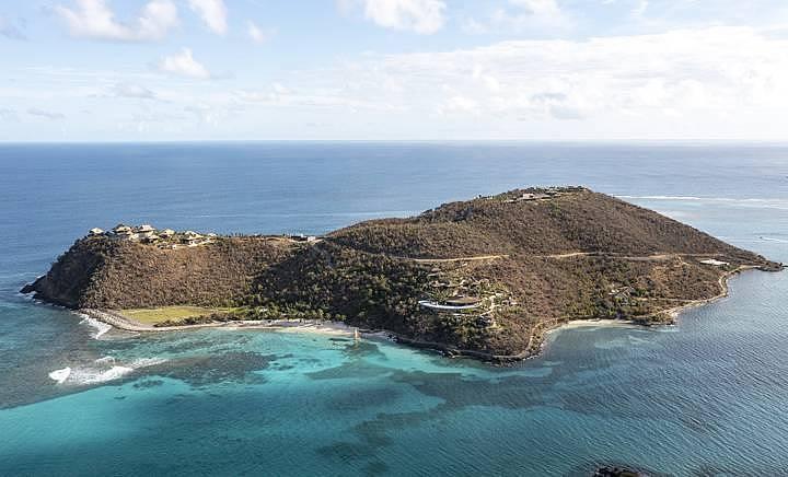 Moskito Island, ostrov, který vlastní britský miliardář Richard Branson. Nedávno na něm otevřel hyperluxusní ubytovací zařízení. Cena za noc se pohybuje nad čtyři sta tisíc korun.