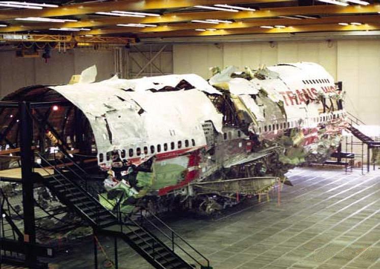 Torzo letadla Boeing 747-100 společnosti TWA. Let 800 skončil tragicky, výbuchem nad Atlantickým oceánem. Zemřelo 230 lidí. Pozůstalí na zprávy o identifikaci těl čekali v hotelu Ramada Plaza. Bylo to poprvé, co se hotel proměnil v krizové centrum.