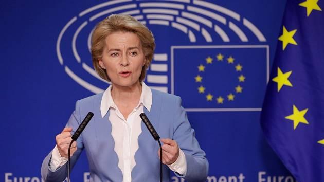 Šéfka Evropské komise Ursula von der Leyenová čelí tvrdé kritice