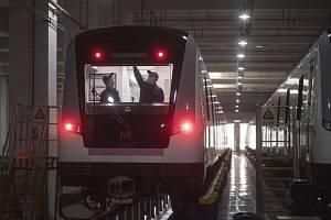 Dezinfikování prostor vlaku metra v čínském Wu-chanu 23. března 2020.