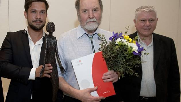 Letošní Cenu Olgy Havlové, kterou každoročně získává osobnost, jež navzdory zdravotnímu handicapu pomáhá ostatním, převzal 23. května v Praze nevidomý fotograf Václav Fanta (uprostřed).