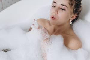 Dermatologové obecně doporučují spíše sprchování, protože dlouhé a příliš časté koupání podle nich pro pokožku nepředstavuje žádné zvláštní blaho, spíše naopak.