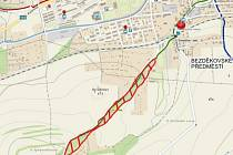 MÍSTO PLÁNOVANÉHO KÁCENÍ. Červeně vyšrafovaný pás znázorňuje lokalitu, kde dojde k porážení stromů.