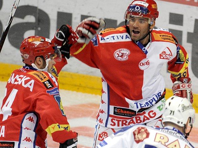 Střelec třetí branky Slavie Michal Vondrka se raduje společně s Davidem Hruškou.