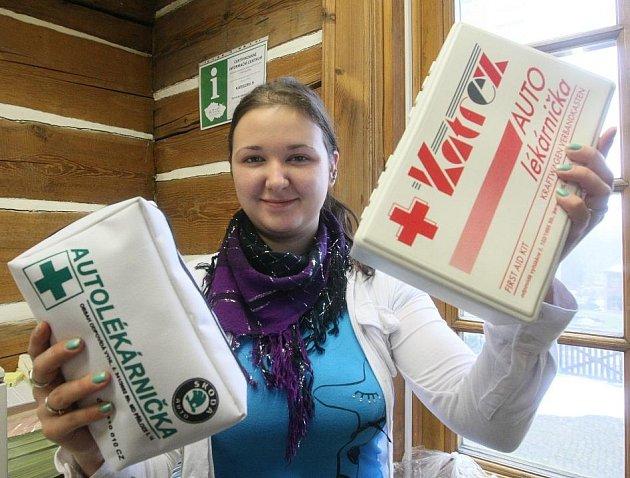 Sbírku nevyhovujících a tudíž nepotřebných autolékárniček zahájilo Infocentrum v Novém Boru.