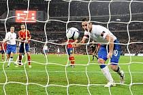 Frank Lampard právě rozhoduje o vítězství Anglie nad Španělskem.
