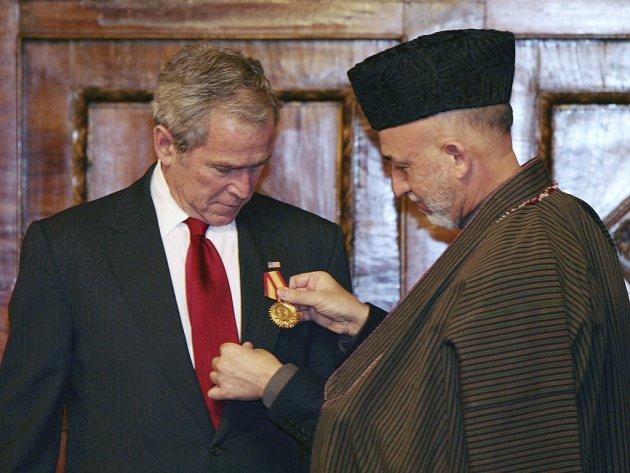 Hamíd Karzáí předává Georgi Bushovi afghánské vyznamenání.