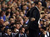 Kouč Chelsea José Mourinho (vlevo) sedí na lavičce, zatímci jeho liverpoolský protějšek Rafael Benitez živě reaguje na dění na hřišti.