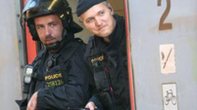 I to je práce policie. Hlídání vlaku s fotbalovými chuligány.