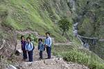 Hned po katastrofě v Nepálu začala pracovat právě nezisková organizace Člověk v tísni a pomáhá tam i dnes. Sjejí pomocí se podařilo opravit na 125 kilometrů horských cest, poskytla práci téměř čtyřem tisícovkám lidí.