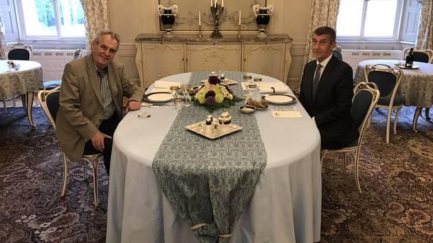 Český premiér Andrej Babiš se sešel s prezidentem Milošem Zemanem v Lánech na pravidelné schůzce