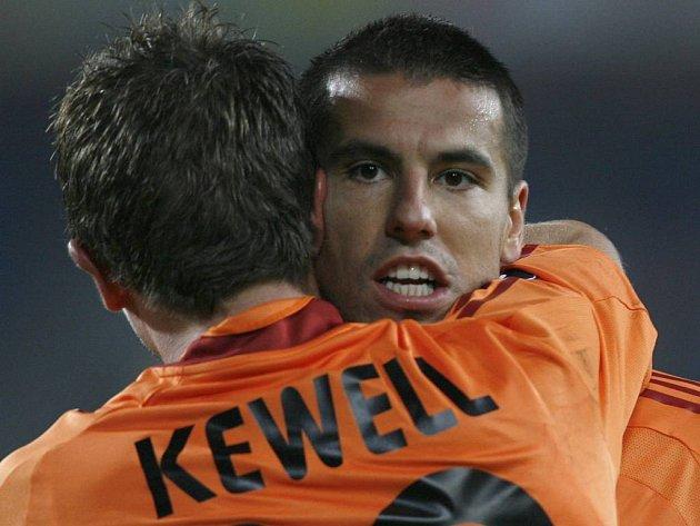 Milan Baroš v objetí Harryho Kewella.