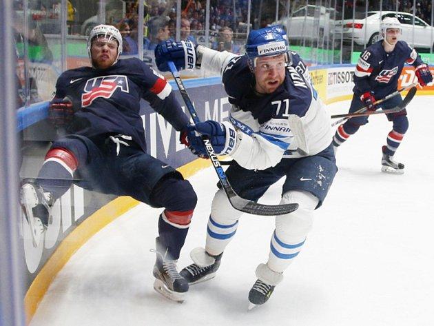 Leo Komarov z Finska (vpravo) a J.T. Compher z USA.