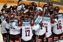 Hokejisté Sparty se radují z postupu do semifinále play-off.