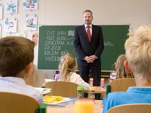 Ministr školství Petr Fiala otevřel 3. září ve Strakonicích novou základní školu. Náklady na vybudování ZŠ Povážská s kapacitou přes 500 dětí činily přibližně 350 milionů korun a hradilo je město.
